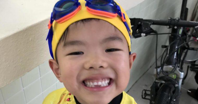 小朋友学会了游泳!